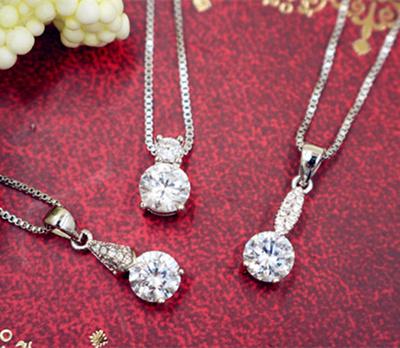 Qoo10【高品質AAA】2ct デザイン CZペンダント 一粒のCZダイヤモンドがさりげなく輝き、高級感のある輝きを演出します。プレセントにもオススメです。♪♪♪