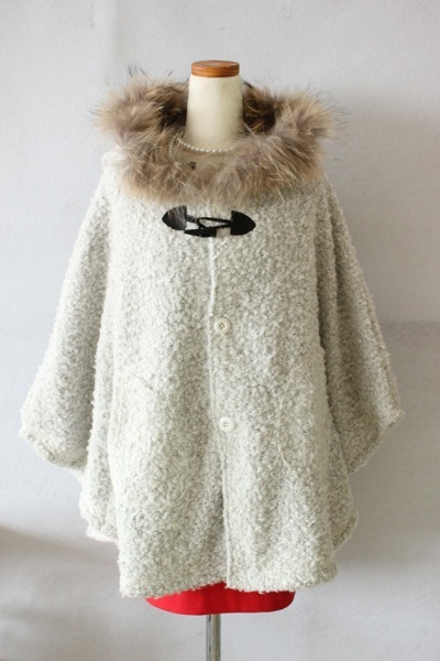 在庫限りの今回限りの特別価格!人気のポンチョ型の美しいシルエット 高級アルパカ混ウールコート(フォックスファー付き)の画像