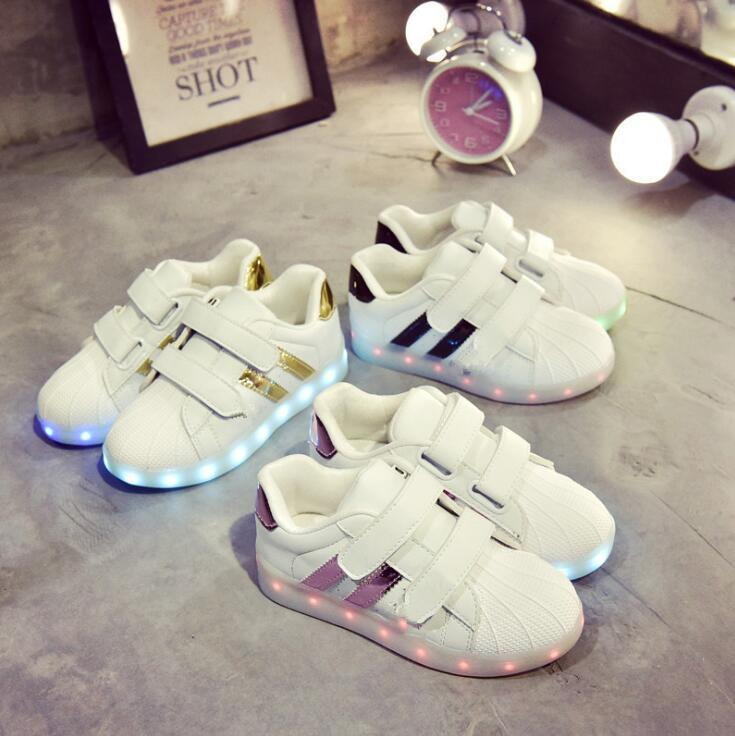 Qoo10韓国ファッション 子供靴 男女子供LED  スニーカー   LEDスニーカーが登場73発光靴 光る靴 スニーカー スポーツシューズ  充電可能 キラキラ 人気 シューズ蛍光 ダンスキッ