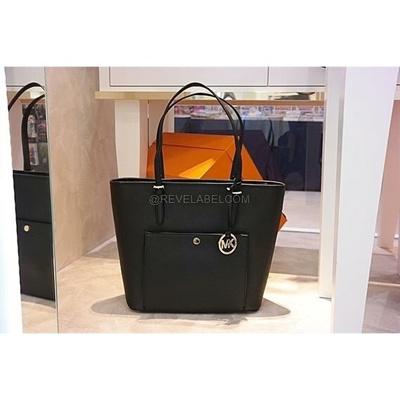 8c71189f9872 Qoo10 - [Trezo] Michael Kors Jet Set Item Large Top Zip Snap Pocket Tote  Black : Women's Clothing