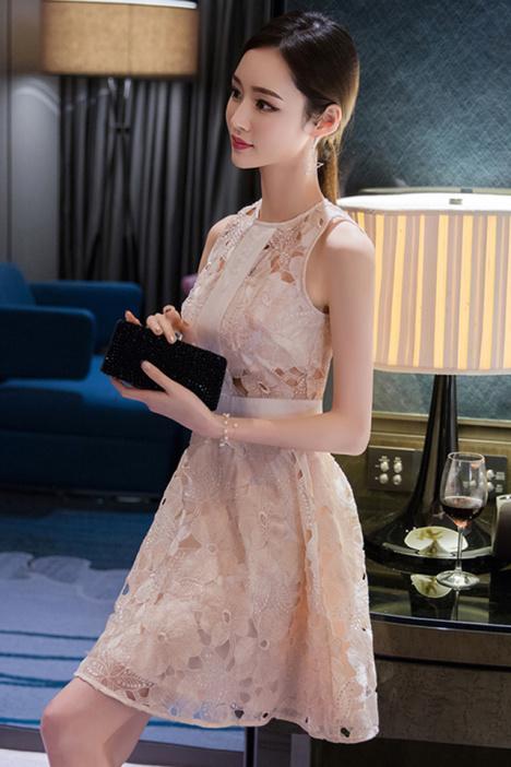 透け感ある刺繍がかわいいお嬢様風ノースリーブワンピース。