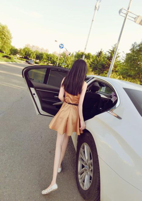 ウエストベルトとふわっとした裾がかわいいキャミソールワンピース。大きく開いた背中がセクシー。