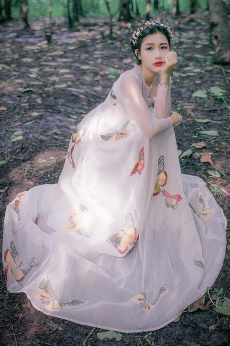 透け感素材がセクシー。蝶々刺繍がかわいいハイウエストロングワンピース。