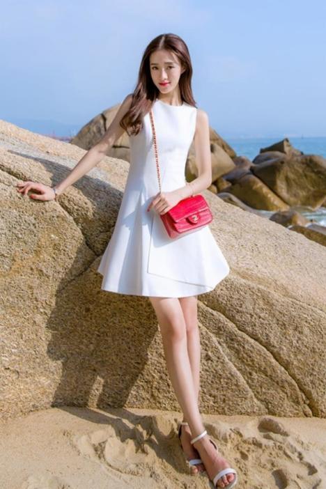 春夏新作モデル。おしゃれなホワイトシフォンワンピース。