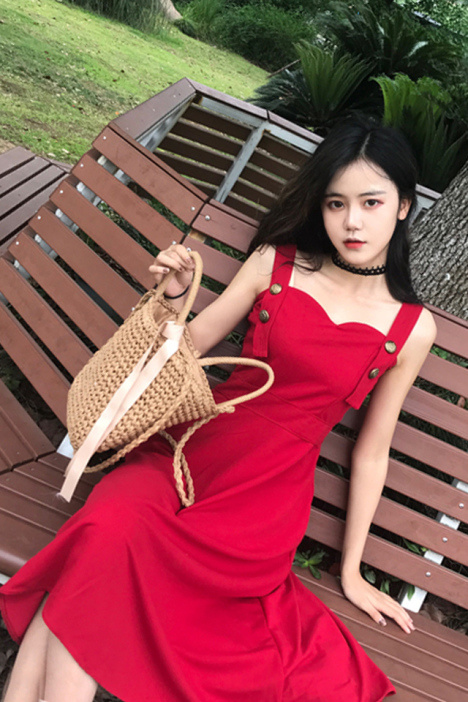 韓国風レトロ、スタイルがきれいに見えるジャンパースカート風ミモレ丈ワンピース。