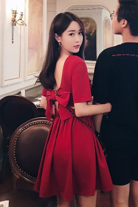 夏の新作モデル。大きく開いた背中とリボンがかわいいシフォンワンピース。