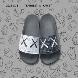 The new kaws co-branded Sesame Street creative Slippers men and women wearthe tide brand couple soft